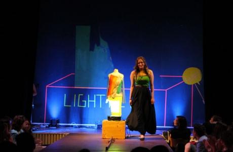 Modenschaufestival in Neon an der Heinz-Brandt-Oberschule